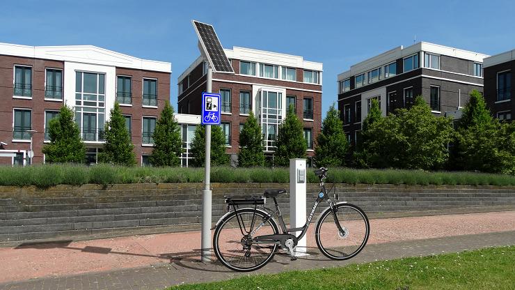Fietsoplaadpunt op zonne-energie vooraanzicht