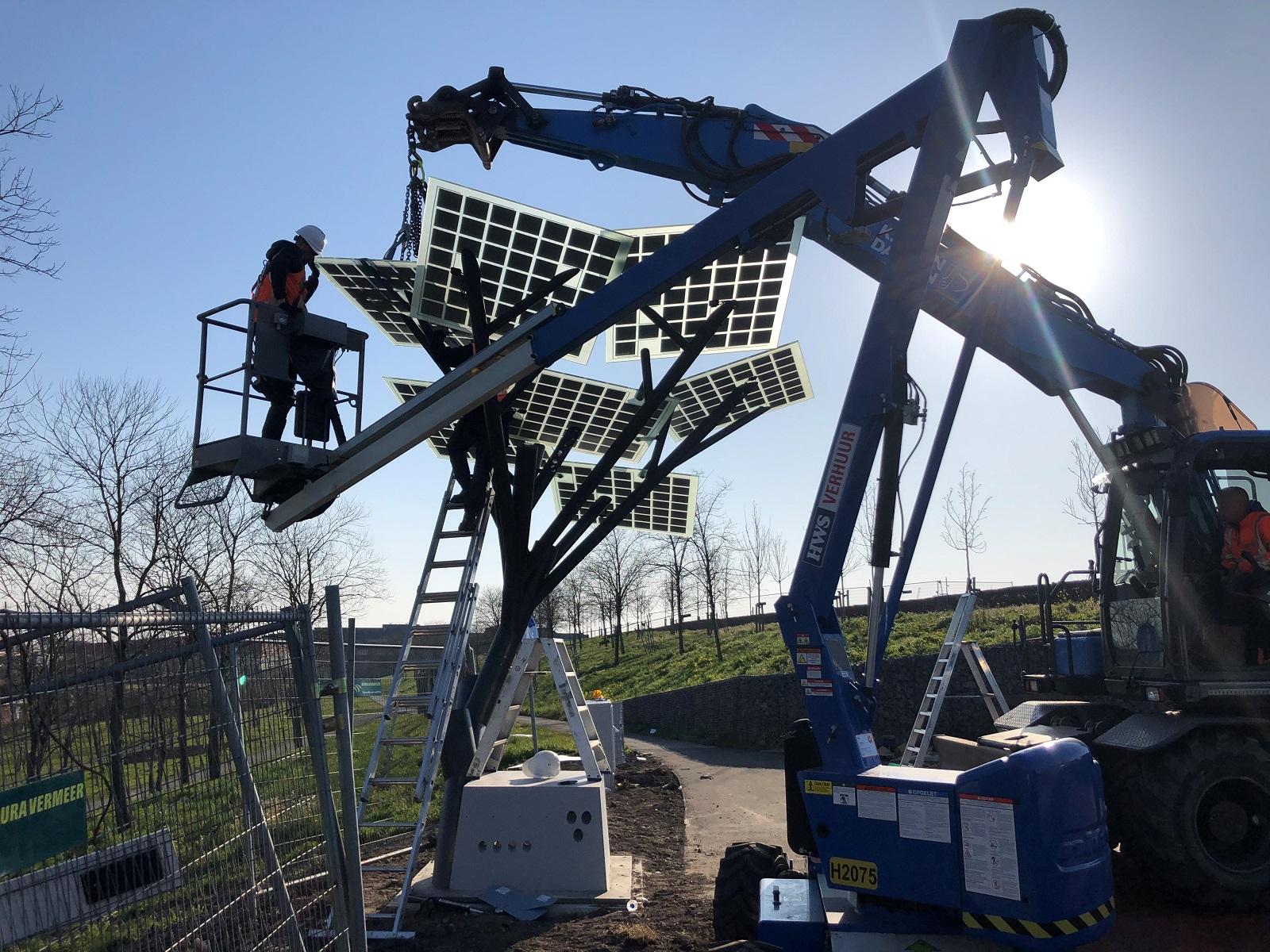 Zonnepanelen boom trekfietsviaduct